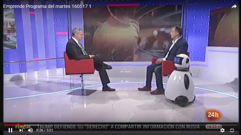 Juanma Romero y roberto menendez con dumy robot
