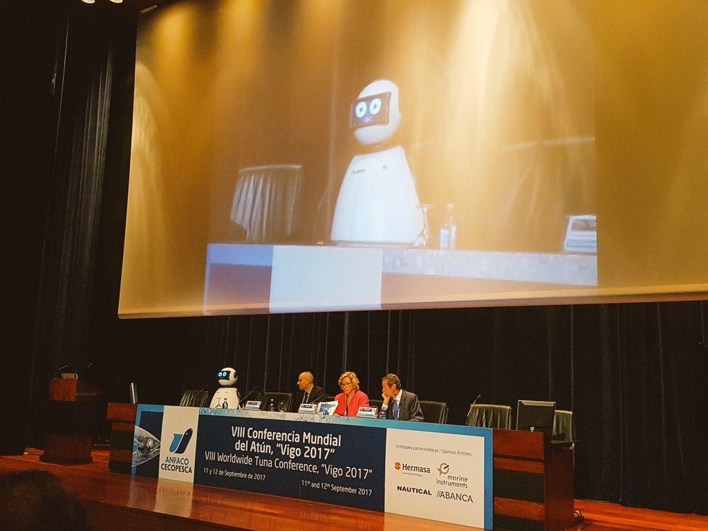 dumy robot hablando en la conferencia mundial del atun vigo anfaco