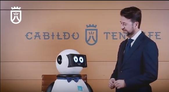 dumy robot y el presidente del cabildo carlos alonso
