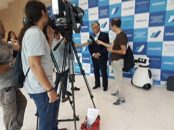 la prensa y dumy robot