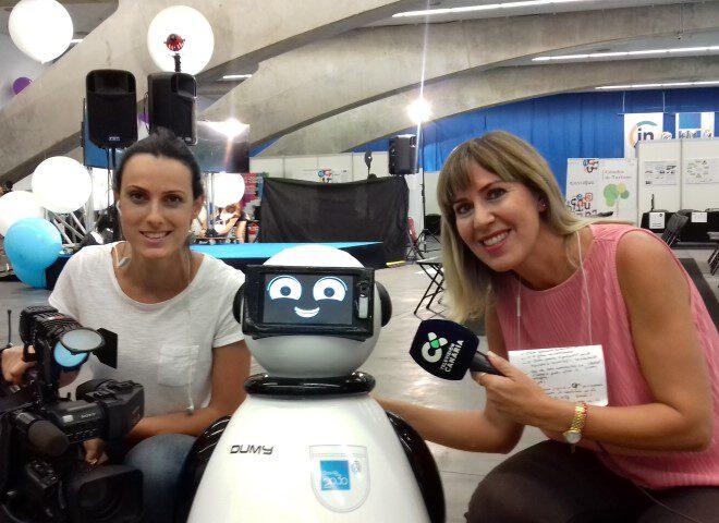 presentadoras tvc con dumy robot