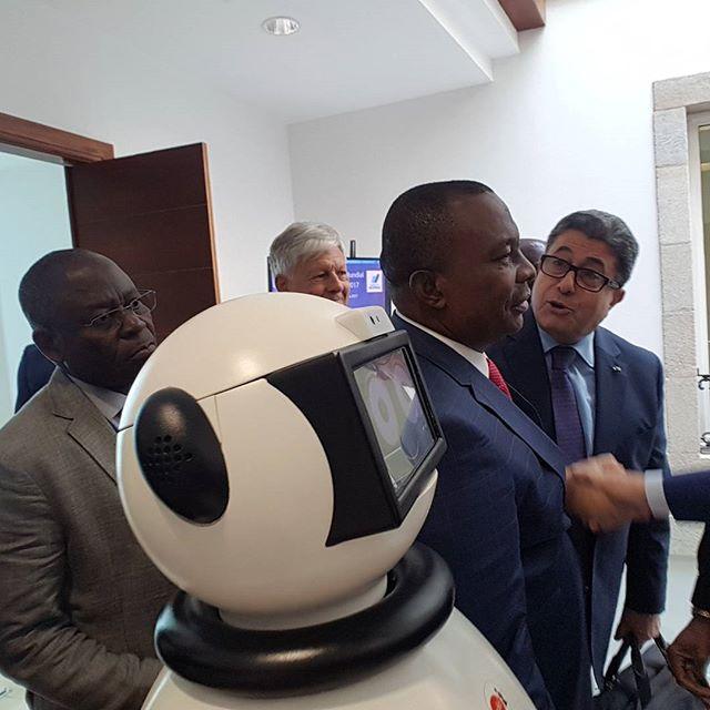 presidente de costa de marfil con dumy robot